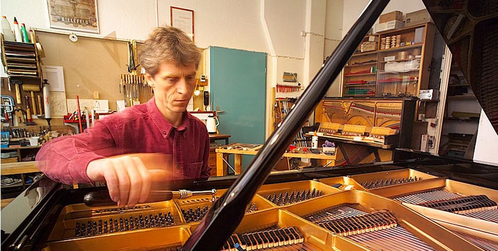 Erwin Klumpf beim Klavierstimmen